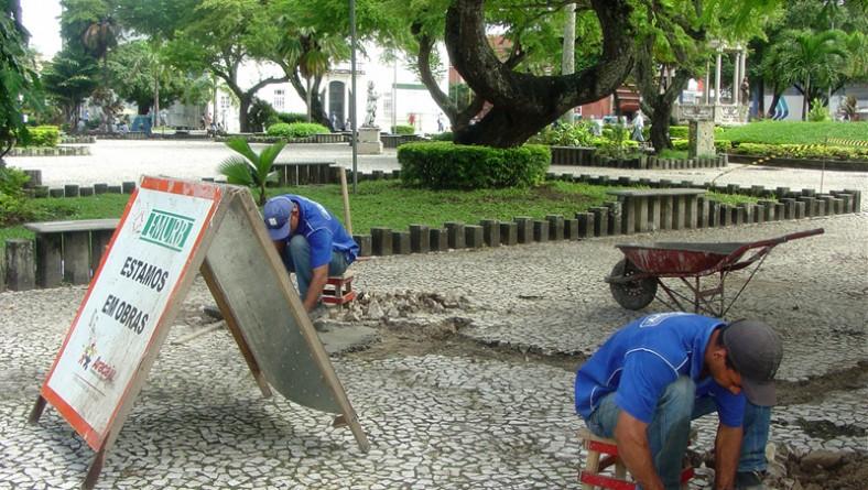 Emurb recupera o piso da Praça Fausto Cardoso