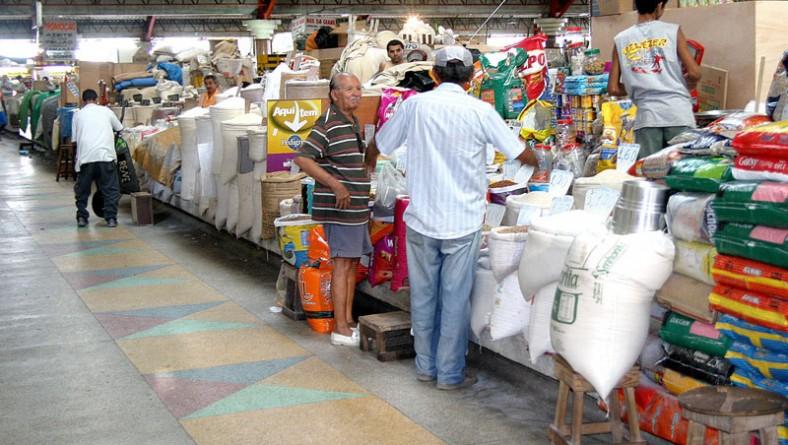 Feirantes elogiam limpeza do mercado Albano Franco