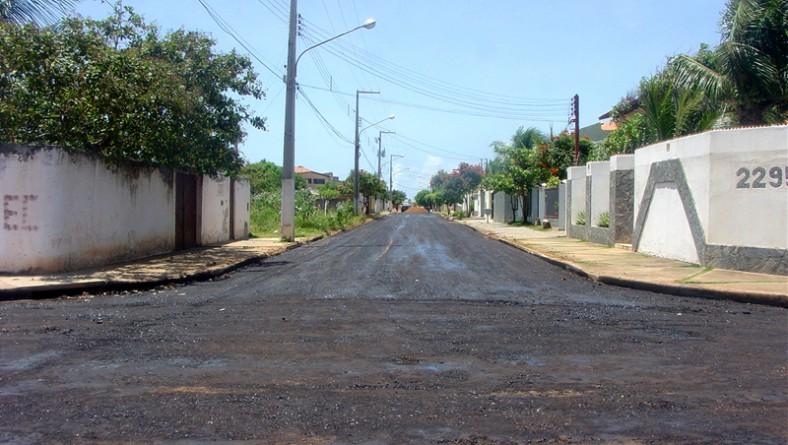 Emurb pavimenta em asfalto a rua Delmiro Gouveia