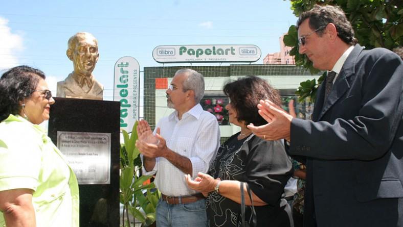 Prefeito homenageia centenário de Acrísio Cruz com busto de bronze
