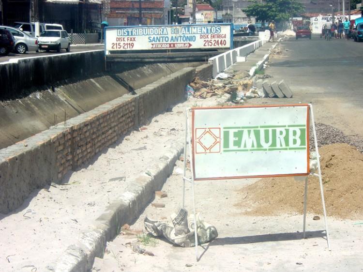 Emurb recupera canal da avenida Dr. Aírton Teles