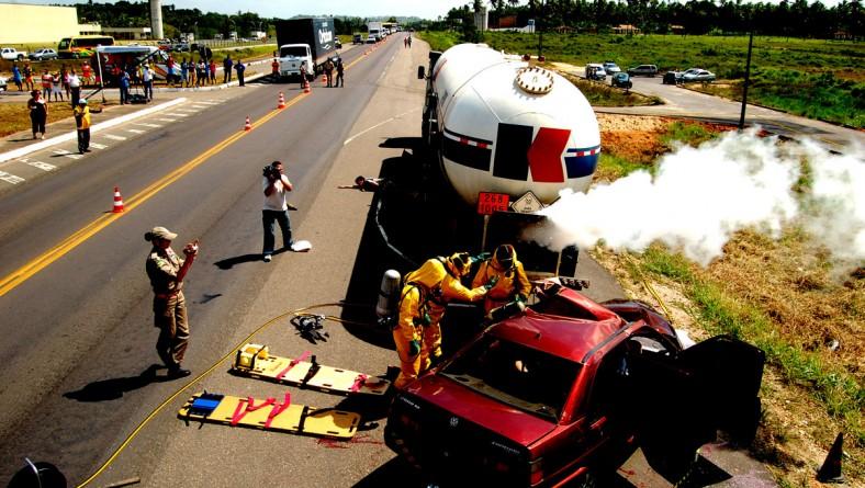 Samu participa de simulação de acidente com produto químico na BR-101