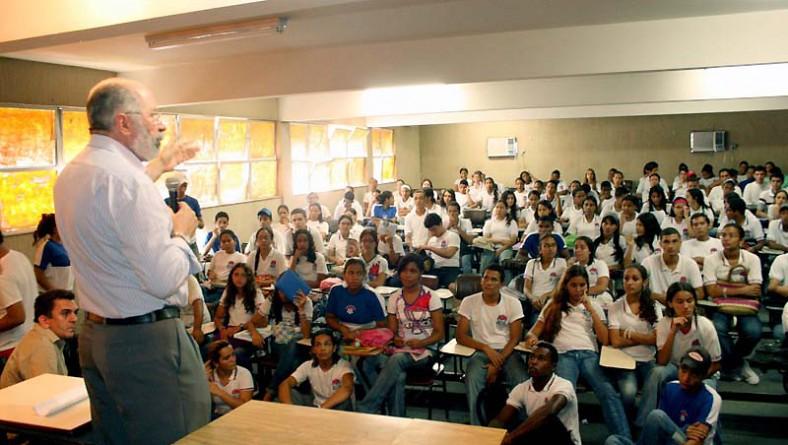 Secretário conversa com alunos e professores do Dom Luciano