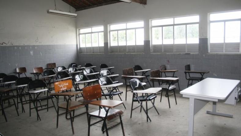 Governo entrega carteiras nas escolas estaduais
