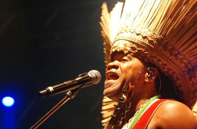Carlinhos Brown encerra 1ª noite do Verão Sergipe na Praia da Caueira