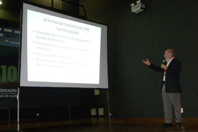 Secretário faz palestra na Conferência Nacional de Educação