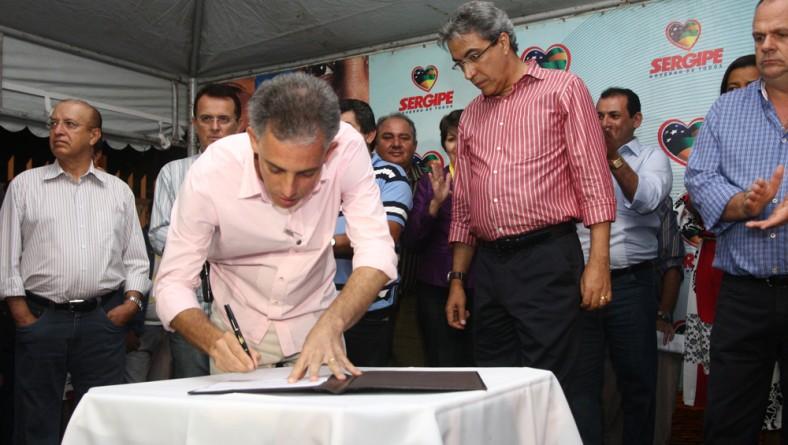 Déda assina ordens de serviço no município de Simão Dias