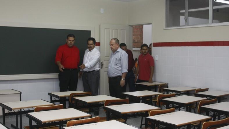 Belivaldo inaugura reforma e ampliação de escola em São Domingos