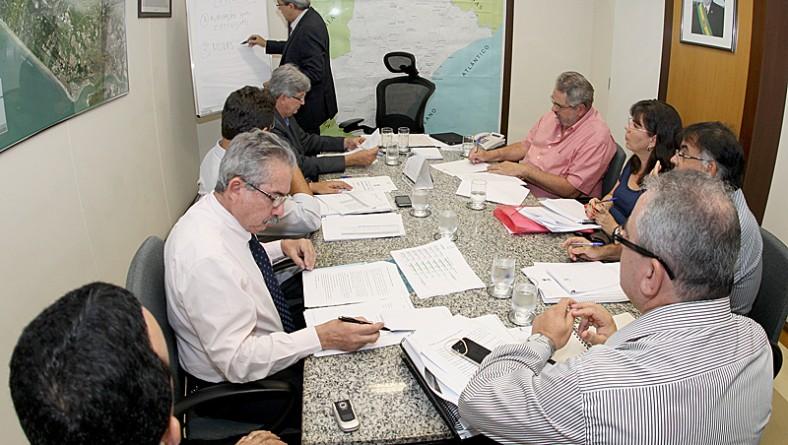 Déda examina relatório sobre andamento das obras do PAC em Sergipe