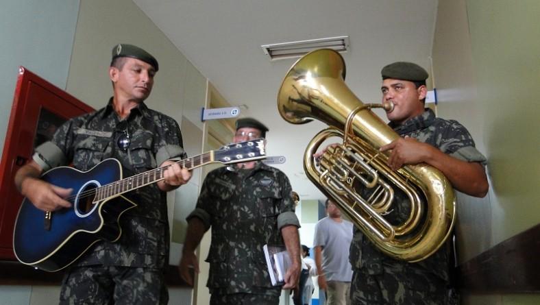 Dia do soldado é marcado com cortejo musical na Oncologia