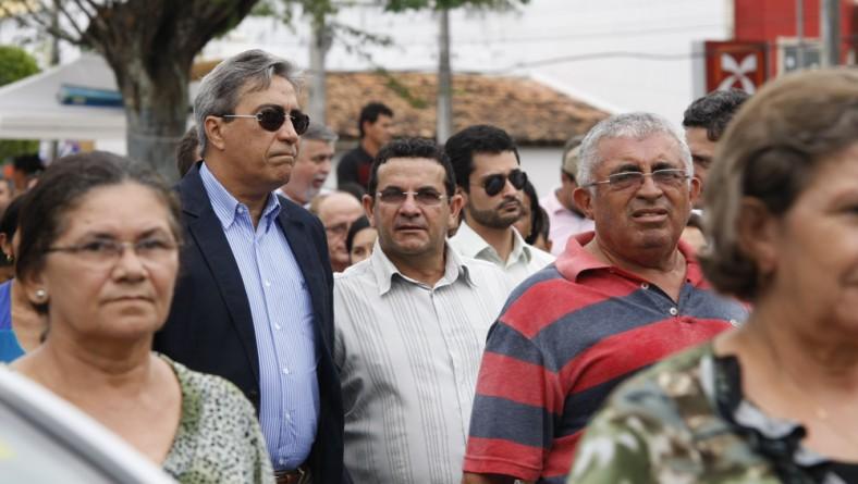 Déda comparece ao sepultamento da mãe do prefeito de Tobias Barreto
