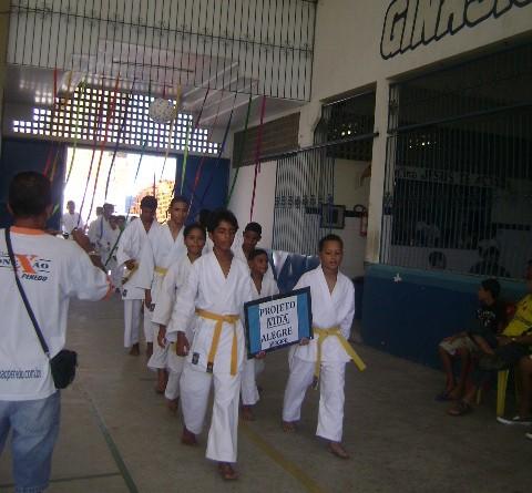 Jovens atletas do projeto 'Vida Alegre' ganham medalhas em competição de karatê, em Penedo (AL)