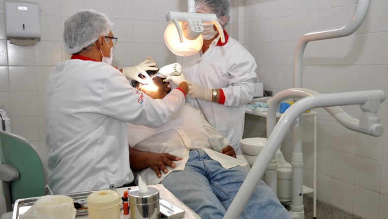Funesa seleciona auxiliares de saúde bucal e odontólogo