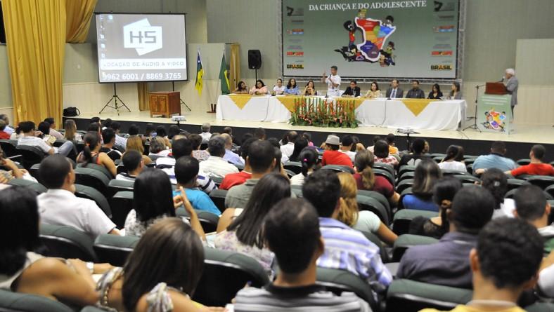 Governo e sociedade discutem políticas para criança e adolescente no estado