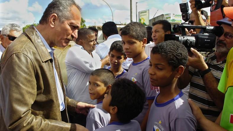 Governador inaugura escola pioneira que inclui prática esportiva ao lado do ministro Aldo Rebelo