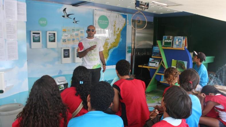 """Jovens e crianças se divertem durante Exposição Itinerante """"Mata Atlântica é Aqui"""""""