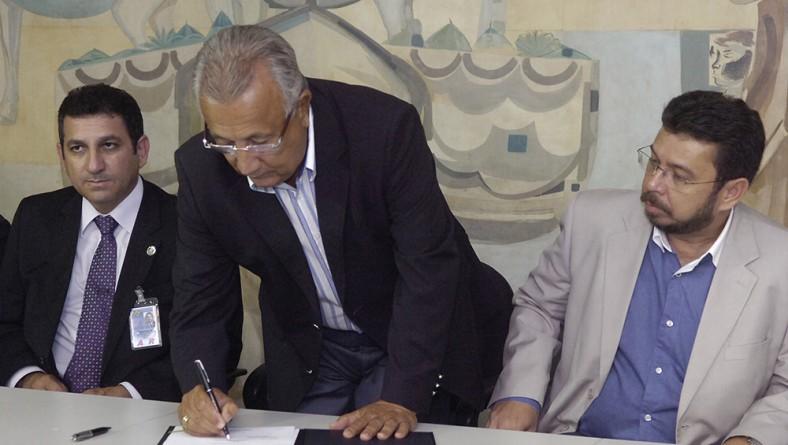 Jackson Barreto assina ordem de serviço para recuperação de cobertura do aeroporto de Aracaju